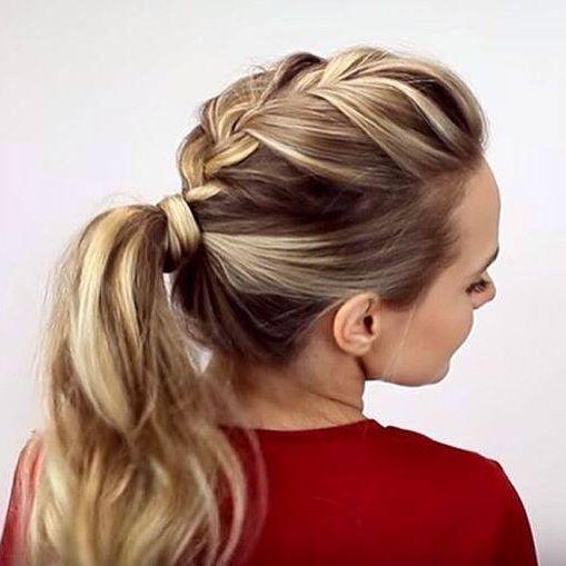 Quando o calor vem chegando a gente começa a procurar penteados que nos deixe gata e fresquinha. Esse mix de trança embutida com rabo de cavalo é perfeito pra uma convidada. É prático, simples e bonito e o melhor a gente não fica desmontada no fim da festa, porque ninguém merece o cabelo colando né não? Foto: Bolsa de Mulher . . #cabelo #penteado #rebodecavalo #trançaembutida #trança #cabelopreso #rabodecavalochique #rabodecavaloestiloso #noiva #casamento #penteadodefesta…