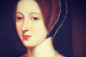 Rainha da Inglaterra de 1533 a 1536, Ana Bolena foi a segunda esposa de Henrique VIII e mãe da rainha Isabel I. Seu relacionamento com Henrique VIII era polêmico partindo dos princípios religiosos. Foi morta decapitada após a acusação de adultério vinda de seu marido. Seu próprio pai, Sir Thomas Boleyn, deu a sentença.