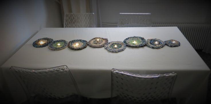 chemin de table lumineux (peut également s'accrocher sur une porte ou un mur à l'horizontale ou verticale) réalisé avec des galettes de tissus tressés guirlande lumineuse à piles (rechargeables de préférence) Total 1 Votes 1 Donnez-nous un avis détaillé Captcha: + = Verify Huma…