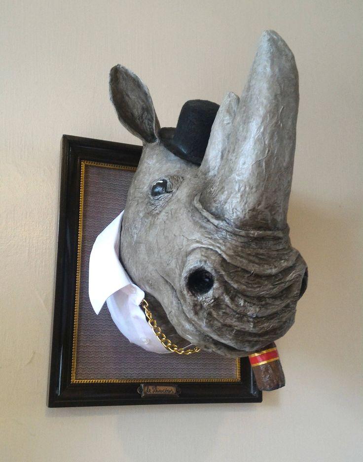 * Spleet voor deze decoratieve hoofd te kijken iets kitscherige en gemaakt met liefde *. -De rhino trofee volledig met de hand gemaakt. Vormig met krantenpapier Systeemherstel en geschilderd in acryl. De ogen zijn in deeg die in de lucht verhardt, geschilderd en gelakt. Meet ongeveer: hoogte: 34 cm, breedte: 29cm Diepte: 34cm Dit is een enkel exemplaar. Ideaal om te kleden een wand kwekerij, boven een open haard, in een woonkamer of een hal... Waarschuwing dat dit is geen speelgoed, laat ...