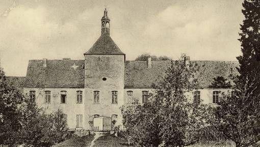 L'abbaye des Châtelliers, façade Ouest, cliché anonyme, vers 1900.- 72) L'ABBAYE DES CHÂTELLIERS: L'AILE SUD: Cette aile, perpendiculaire à la précédente (aile ouest), derrière le grand salon, séparait le cloître de la cour sud. Son rez de chaussée abritait les cuisines, le réfectoire et le grand vestibule avec son escalier menant à l'étage et vers l'aile est, disparue dès les années 1800. Le réfectoire, orné de boiseries, avait perdu dès la Révolution ses tableaux, peints vers 1770 ....