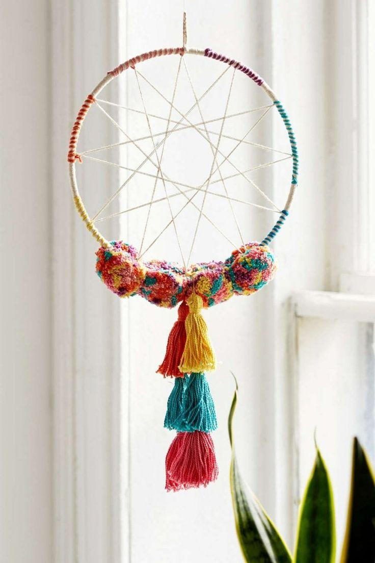 Décoration tendance : un attrape-rêves avec pompons par Urban Outfitters