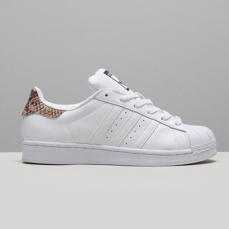 ... Adidas Originals Superstar für Frauen in freshem weiß mit Snake-Print  hinten. d373587b3975