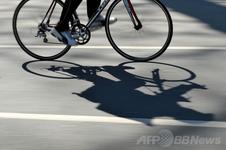 英ロンドン(London)中心街を走る自転車(2011年3月19日撮影、資料写真)。(c)AFP/BEN STANSALL ▼2Jul2014AFP|片腕のサイクリストにブレーキ1つだけで罰金、ドイツ http://www.afpbb.com/articles/-/3019464
