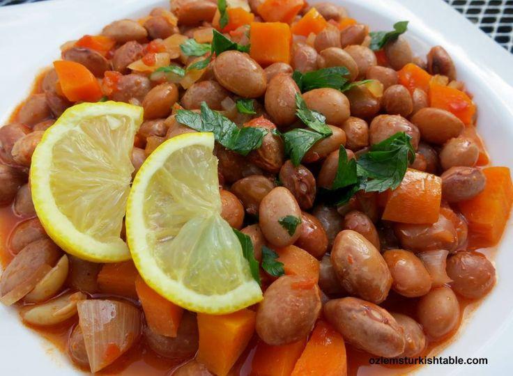 Barbunya Pilaki; Borlotti (canneberges) haricots cuits avec des oignons, tomates et les carottes dans l'huile d'olive