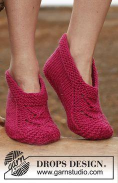 "Free pattern: Knitted DROPS slippers in ""Big Fabel"". ~ #DROPSDesign #Garnstudio"