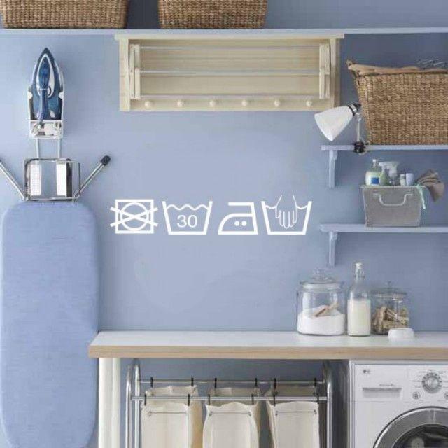 Blog déco design Joli Place. J'aime bien la couleur du mur, le séchoir à linge mural et les icônes appropriés pour une salle de lavage.