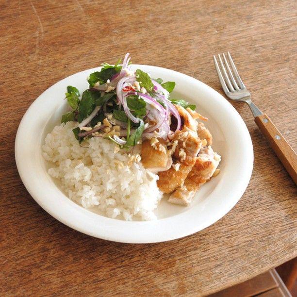 夏休みのレスキューレシピ 『チキンとクレソンのナンプラーごはん』 ・ 料理家ワタナベマキさんに教わったワンプレートメニュー。鶏肉を焼いて野菜を切るだけで完成です。ぜひつくってみてくださいね。 ・ 【材料/ふたり分】 鶏もも肉 300g クレソン 1束 紫玉ねぎ 1/2個 しょうが 1かけ にんにく 1/2かけ 薄力粉 大さじ2 A ナンプラー 大さじ1 はちみつ 小さじ1 レモン汁 大さじ1 オリーブオイル 小さじ1 塩 少々 こしょう 少々 炊いたごはん 茶碗2杯分 カシューナッツ(ローストしたもの) 8粒 【作り方】 1. 鶏もも肉に切れ目を数ヵ所いれ塩胡椒し、皮目に薄力粉をはたく。 ・ 2. 紫玉ねぎは2mm厚にスライスし、水に約5分さらし水気を切る。 ・ 3. しょうがは千切り、にんにくはみじん切りにしAを加え合わせる。 4. フライパンを強めの中火にかけ、オリーブオイルを入れ1を皮目からいれて焼く。 ・ 5. 皮目がきつね色になったら裏返し、弱火にして約7分焼き中まで火を通す。 ・ 6. 2と食べやすい長さに切ったクレソンと3を和える。 ・ 7…