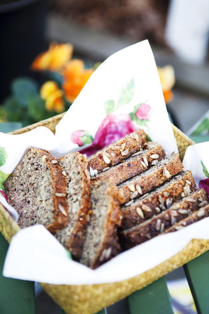 LCHF bröd i form som går supersnabbt att baka! Detta LCHF bröd är perfekt till frukost eller till mellanmål. Prova vårt enkla recept, lycka till!