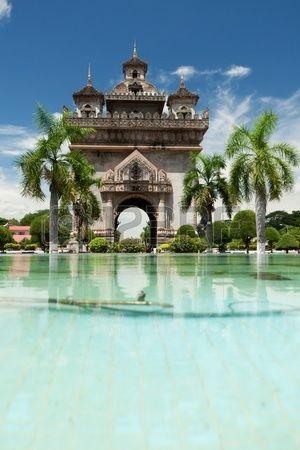 登るとビエンチャンの街が一望できるパトゥーサイ。ラオス 旅行・観光の見所!