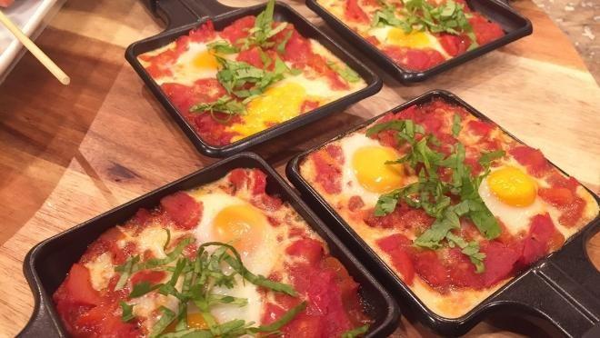 olijfolie om in te bakken in een pan en fruit de ui en knoflook.  Voeg de paprika, tomaten, tomatenpuree, komijnpoeder, korianderpoeder en de tijm toe en...