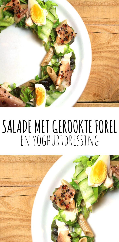 Salade gerookte forel en yoghurtdressing. Een lekkere lichte en zomerse salade!