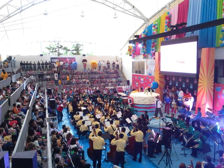 Gran orquesta ambientando el gran cumpleaños de Cartoon Network.