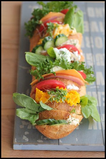 バゲット全体に切れ込みを入れて、具を挟むだけの簡単サンド。カボチャ×ルッコラ×マヨネーズ、キノコのマリネ×カッテージチーズなど合わせて計4種類。おしゃれで豪華なので、お花見のサプライズ演出にも!