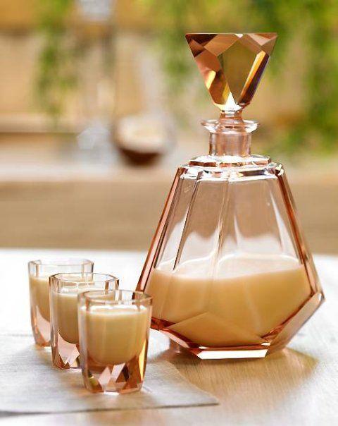 Wiórki wsypać do litrowego słoja z nakrętką, zalać spirytusem, zamknąć i odstawić w ciemne miejsce na 3-4 dni. Po tym czasie zmiksować oba mleka, a następnie mieszając, powoli wlać przecedzony i odfiltrowany nalew kokosowy. Już po dwóch dniach nalewka nadaje się do picia.