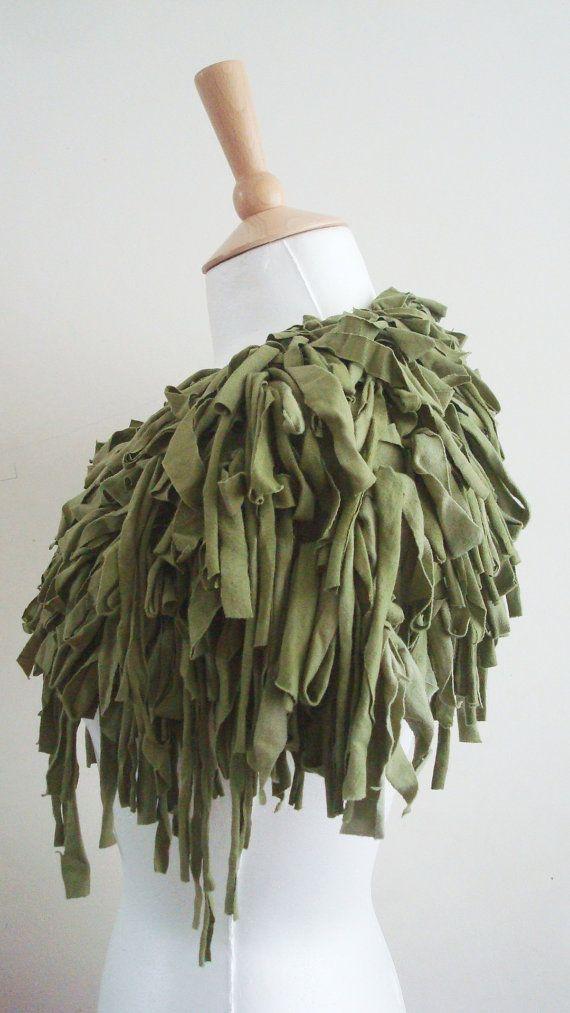 Grüne Upcycled Capelet Stammes-Kleid Kostüm Olive geschreddert