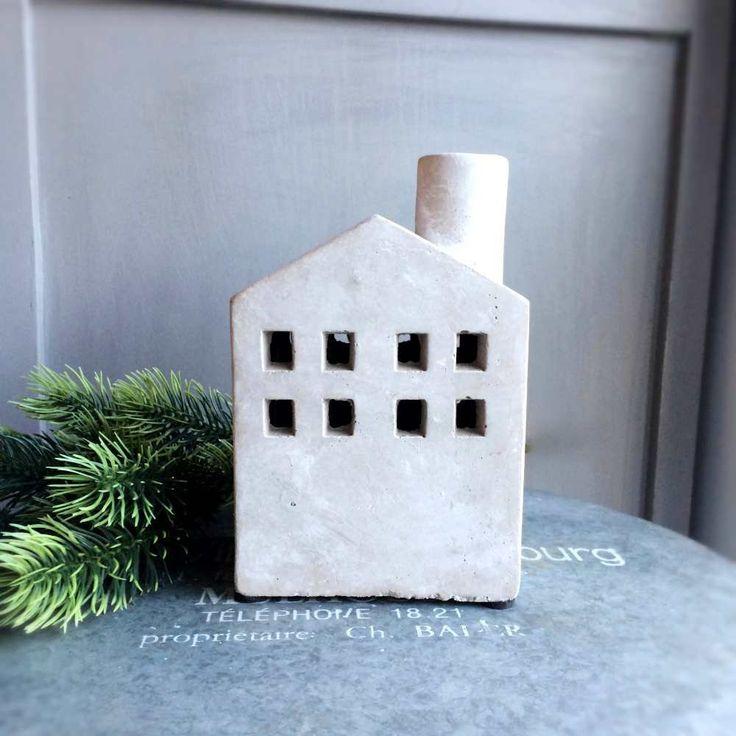 Lampion w kształcie domku z małymi okienkami oraz kominem - NieMaJakwDomu