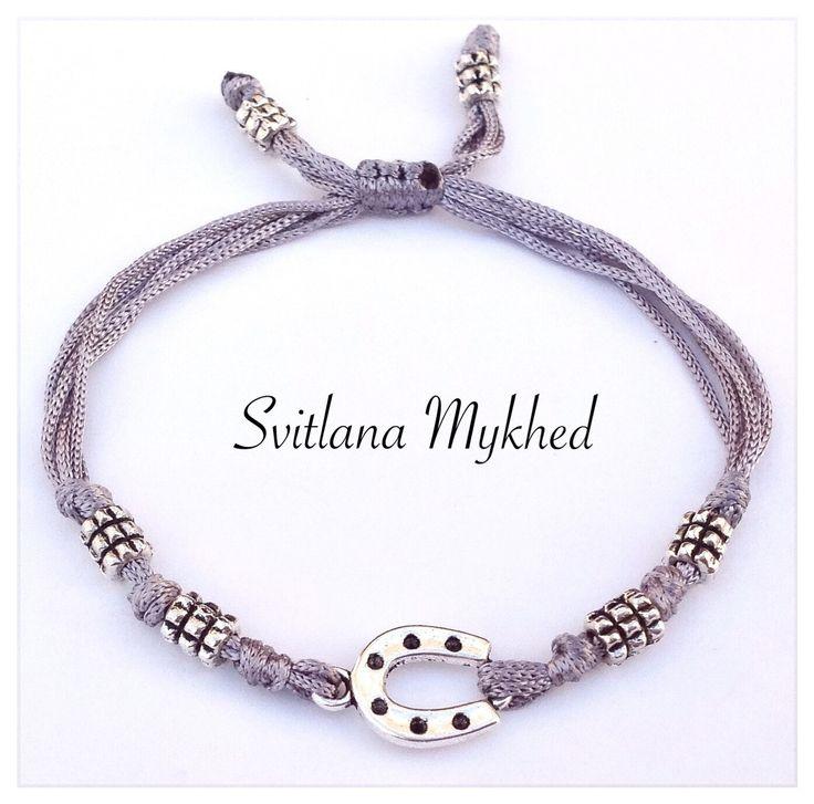 """Bracelet """"Cheval. Fer à cheval. Équestre."""" cordon satin gris. Fermeture coulissante. Bracelet de l'amitié à offrir ou s'offrir... : Bracelet par perles-et-couronnes"""