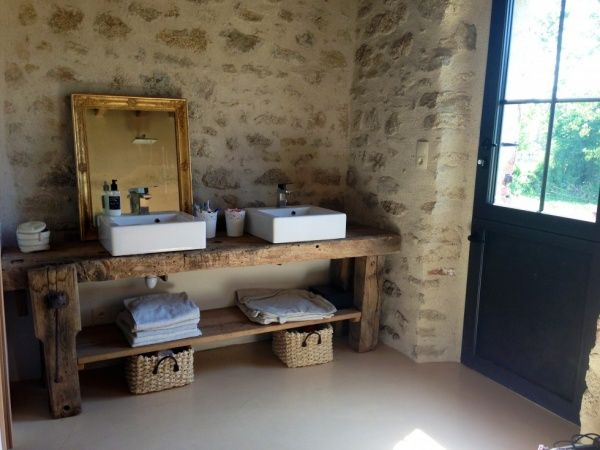 Salle de bains avec pierres apparentes, établi récup'