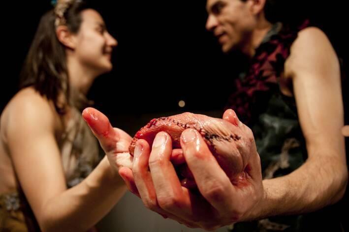 """A encenação e o público percorrem áreas externas e internas da Oficina Cultural Oswald de Andrade para conhecer situações trágicas e cômicas que permeiam uma disputa de poder. Para tanto, o jovem Hamlet, ensimesmado em sua existência, contrata a Cia. Artehúmus de Teatro para encenar o assassinato de seu pai e quem sabe, descobrir quem...<br /><a class=""""more-link"""" href=""""https://catracalivre.com.br/geral/agenda/barato/ohamlet-do-estado-de-homens-e-de-bichos-3/"""">Continue lendo »</a>"""