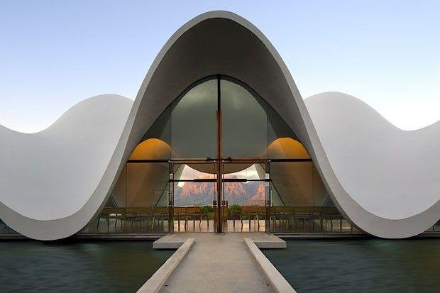 Capela com formato escultural imita curvas das montanhas (Foto: Divulgação)