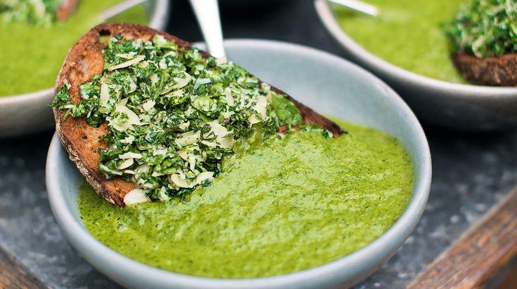 Jamie Olivers recept på nyttig soppa med grönkål, purjolök och mandeltrast.