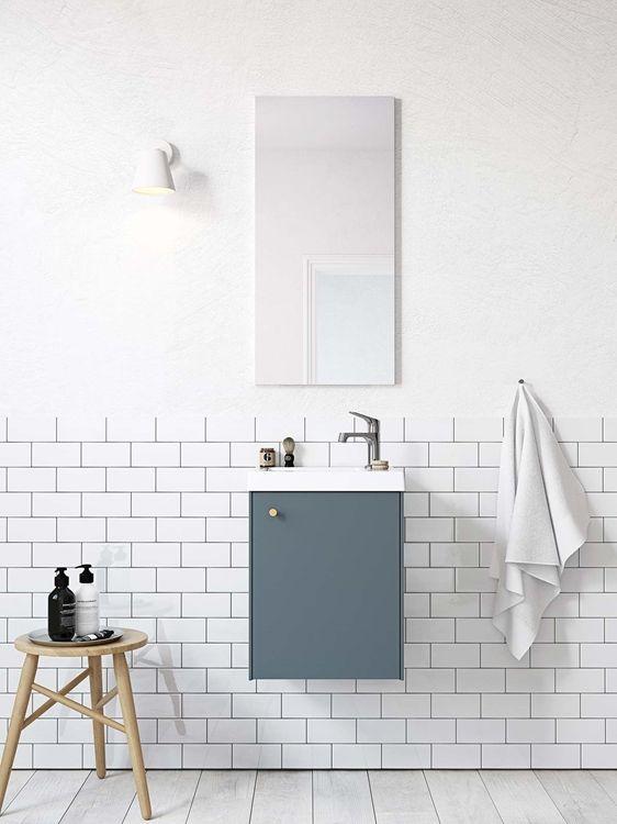 Badrumsinspiration Badrumsskåp i serien Compact i färgen djupblå För dig med mindre badrum