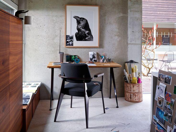 De Compas Direction werd rond 1950 door #JeanProuvé ontwikkeld. De #elegante poten van de #tafel lopen naar buiten toe uit en doen qua vorm denken aan een #kompas. De Compas Direction van #Vitra is er in verschillende uitvoeringen en neemt weinig plek in.  Verkrijgbaar bij #Flinders : http://www.flinders.nl/vitra-compas-direction-tafel  #design #wonen #werkkamer #klassiek #interieur