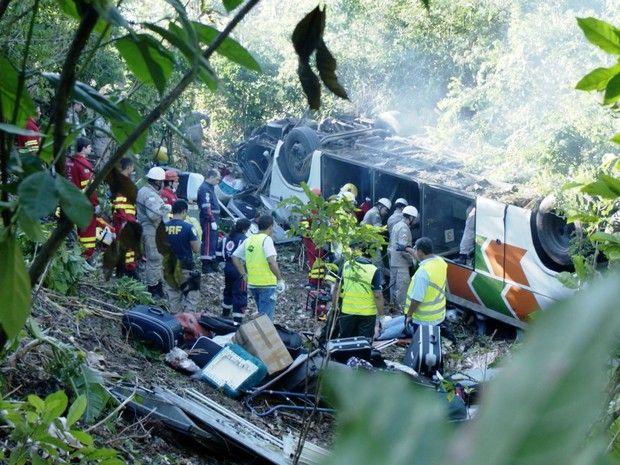 Ônibus com 31 passageiros e um motorista, seguia da Bahia para o Rio de Janeiro, mas capotou e caiu em uma ribanceira na Serra, no Espírito Santo (Foto: Reprodução/TV Gazeta)