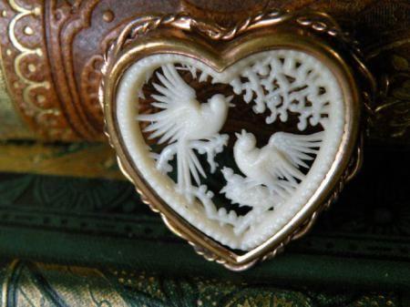 アンティーク フランス製 親鳥と雛 セルロイド ハートフレームブローチ - Maiden's drawer