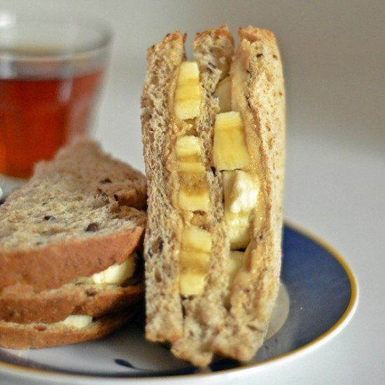 Just the lazy fodder for a lazy morning - peanut butter banana sandwich with a dash of cinnamon
