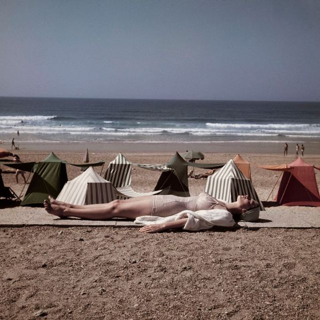 ロバート・キャパ (Robert Capa) > ビアリッツの浜辺で。修道女とスイマー (フランス, 1951)