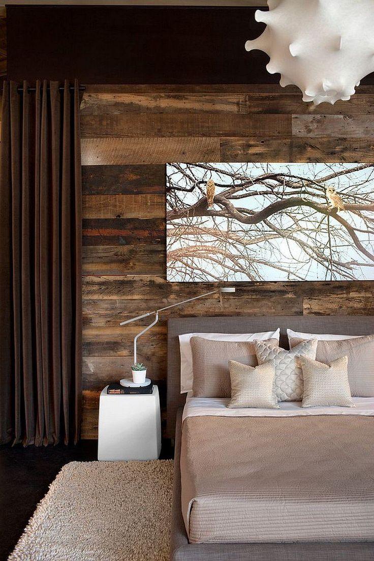 chambre rustique avec mur en bois de récupération, suspension design, literie en beige et blanc, table de chevet blanc neige et tapis assorti