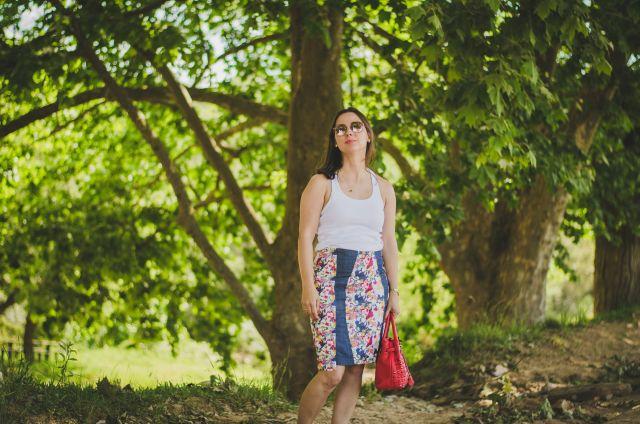 Blog Femina - Modéstia e Elegância: Saia denim floral, sapatilha vermelha Valentino inspired, e blusinha