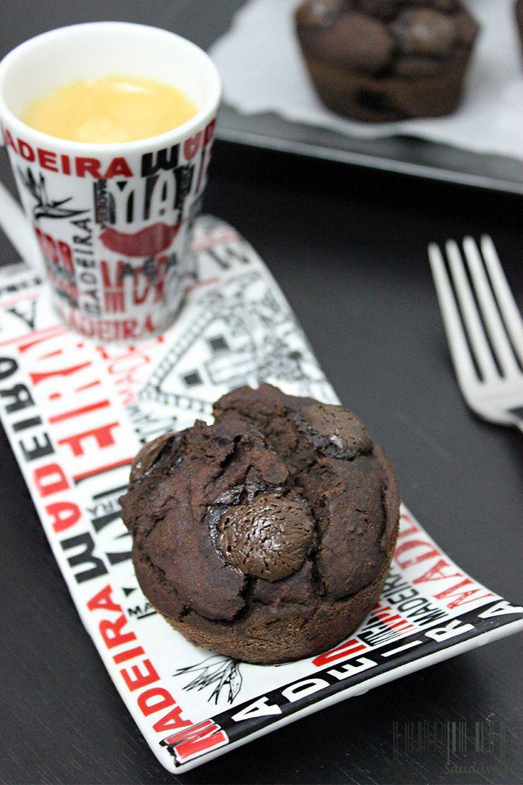 Não vão acreditar que os muffins de chocolate são feitos com feijão preto e banana como base, são sem glúten, sem lactose e são vegan!!! Os muffins são divinais, cheios de proteína e são muito saudáveis! O sabor é o mesmo, mas o interior é muito melhor! #muffin #chocolate #black #bean #vegan #easy #fast #protein