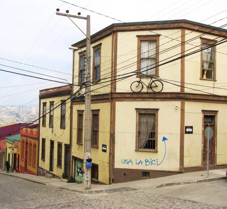 """Usa la bici""  Valparaíso, Chile."