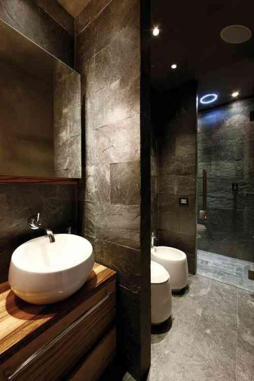salle de bain avec déco intéressante