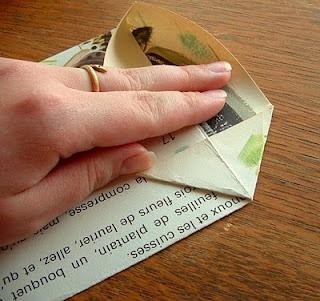 tutorial om papieren zakjes te vouwen van bladzijden uit oude kinderboeken. Leuk idee! Op naar de rommelmarkt!