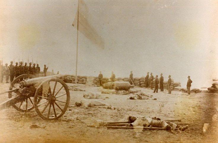 Arica, se hiza la Bandera Chilena tras la Toma del Morro, La foto, es del mismo dia, pero mucho mas tarde. Fotografía Díaz & Spencer.