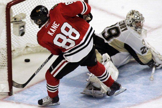 le célèbre Patrick Kane qui marque contre l'équipe de Crosby les Pinguins de Pittsburgh.