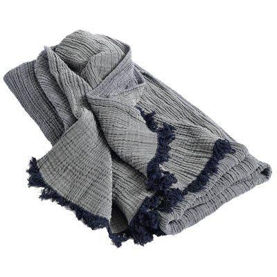 Crinkle pledd fra HAY. En pledd med to forskjellige nyanser i grått med mørkeblå detaljer i form av ...