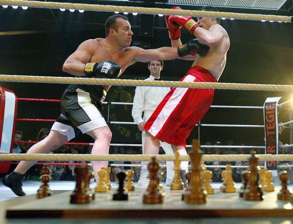Schaakboksen is een sport waarbij de atleten beurtelings een ronde schaken en een ronde boksen