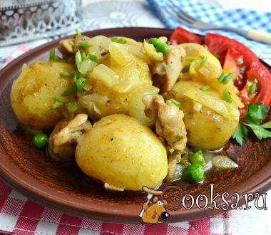 Отварной молодой картофель с жареной курицей, луком и горошком