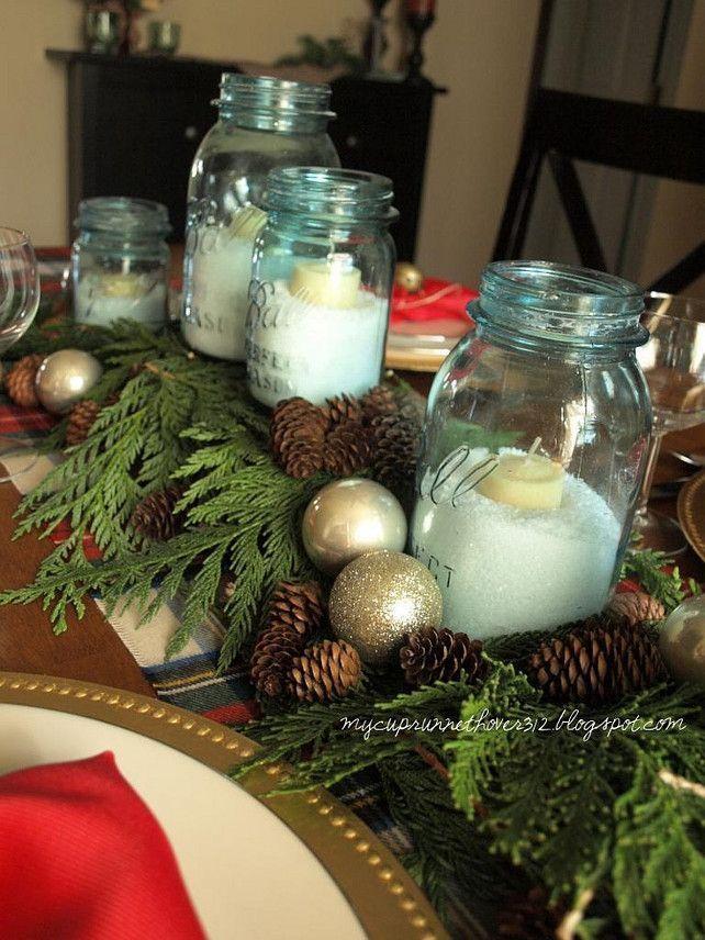 Plus naturel, vous avez ce centre de table composé de branches fraîches de sapin, de pommes de pin, de boules de Noël assortis à la couleur de la bougie et enfin des bocaux. Un brin champêtre mais 100% d'effets