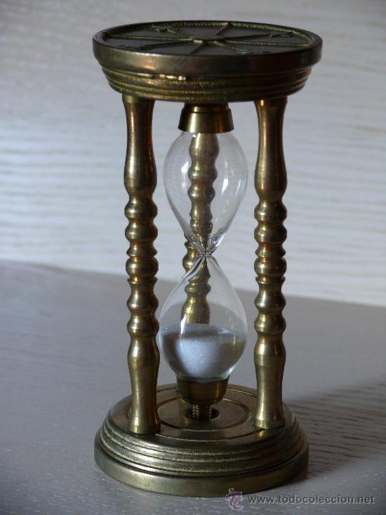 Přesýpací hodiny * bronzové se třemi tvarovanými sloupy a skleněnými baňkami s bílým pískem na časomíru 60 minut, starožitné.