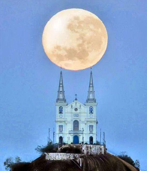 Moon over 'igreja da penha', rio de janeiro, brasil