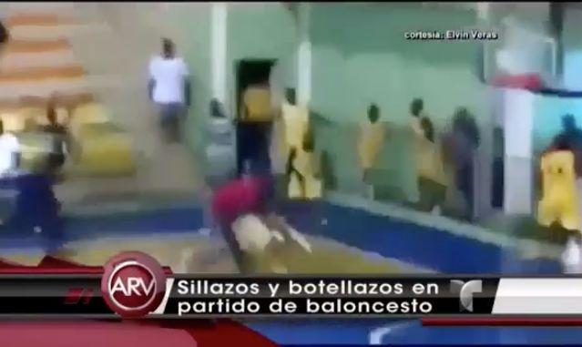 Captado En Video A Sillazos Y Botellazos Se Entraron Los Jugadores En Un Juego De Baloncesto En Haina #Video