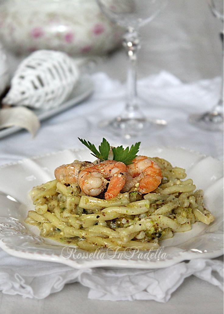 Pasta con pesto di pistacchio e gamberi