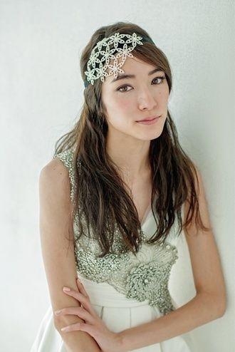 キラキラアクセが主役のさりげないダウンスタイル ウェディングドレス・カラードレスに合う〜ダウンの花嫁衣装の髪型まとめ一覧〜