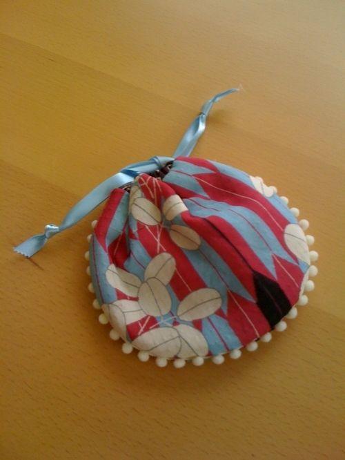 アンティーク着物のはぎれで作った巾着です。仕上がりの真ん丸い形と小さいポンポンのテープがキュート!バッグの中のサブポーチとして重宝します。